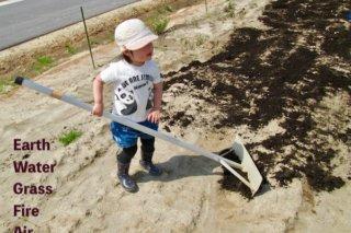 畑仕事をする子供