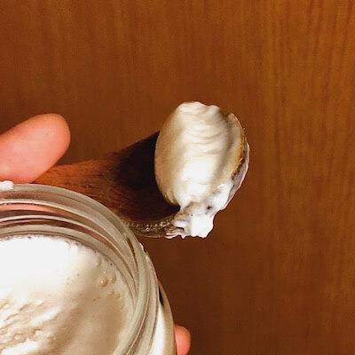 スプーンですくった白いはちみつ