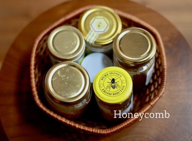 並べた蜂蜜の瓶
