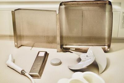 換気扇の部材をお風呂場で洗う